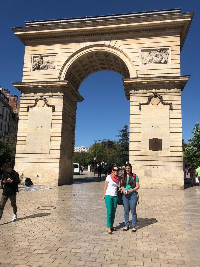 Valentina Fajardo with her mother at la porte de Guilllaume