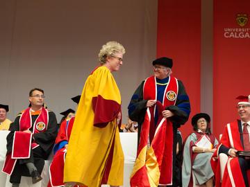 Susanne Craig, UCalgary alumna (BA '91), award-winning investigative reporter, receives an honorary degree.