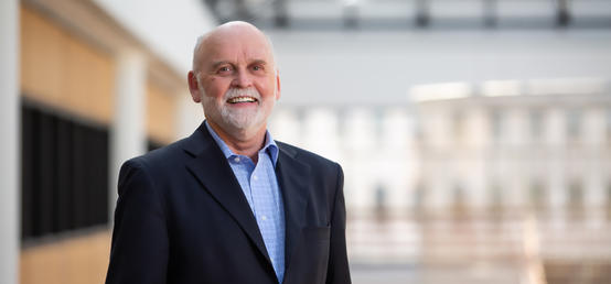 Haskayne senior instructor emeritus recognized for a decade of connecting IT professionals to emerging issues